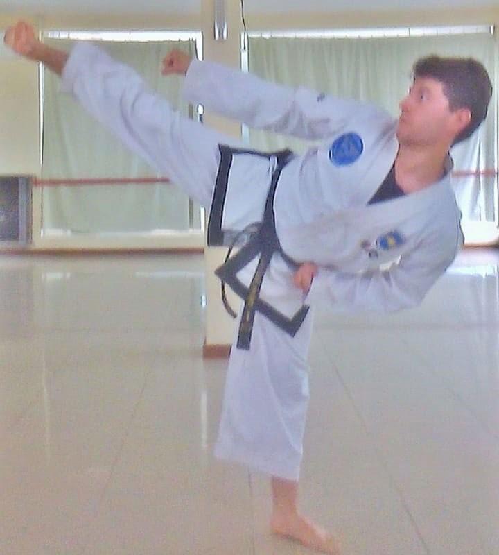 La escuela de taekwondo de Javier Kriger sigue creciendo y ahora ha lanzado un bono contribución para la compra de elementos de entrenamiento