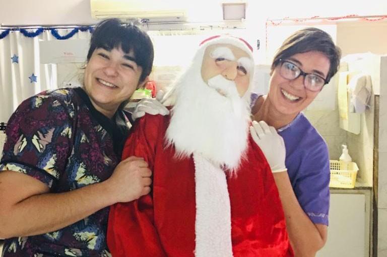 Papá Noel entregó pan dulces a los pacientes de Hemodiálisis