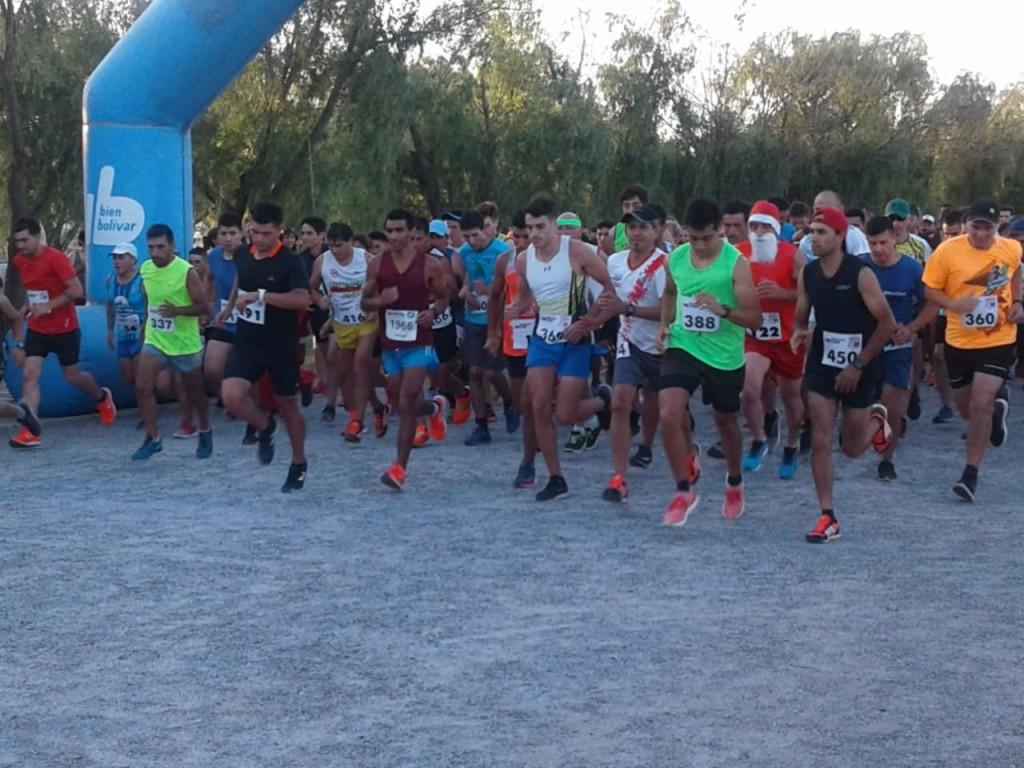 Se desarrolló la carrera pedestre nocturna de 8 km en el parque municipal
