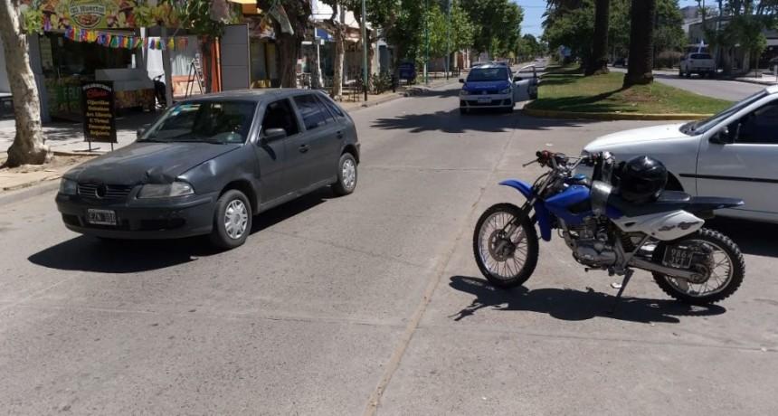 Impacto en Lavalle 450; auto y motocicleta se vieron involucrados