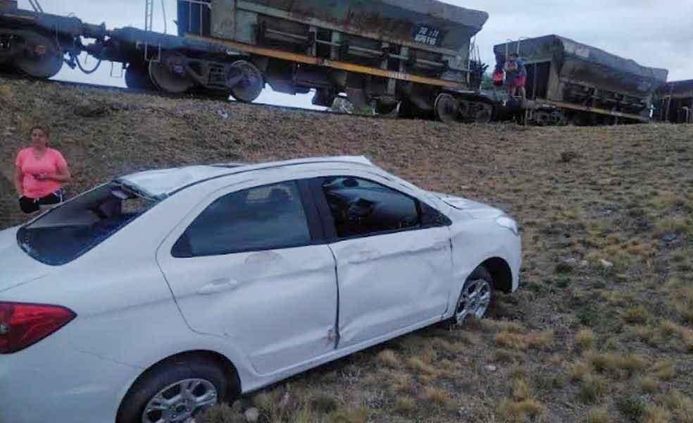 Ruta 3 Vieja: Un automóvil chocó contra un tren y volcó