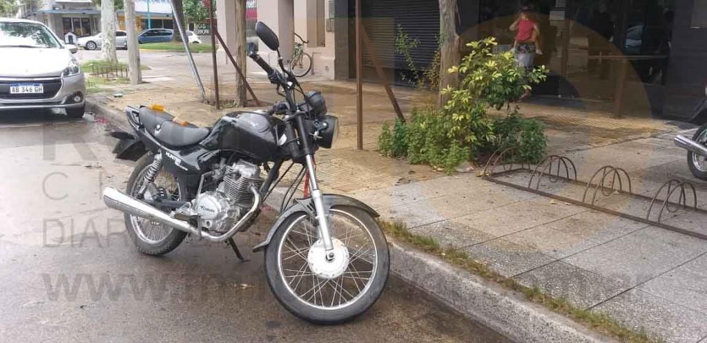 Una joven fue hospitalizada por precaución tras caer de su motocicleta