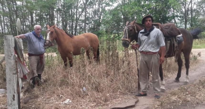 Leonardo Lacasa y Facundo Iglesias llegaron a Navarro a caballo para participar del homenaje a Abel González