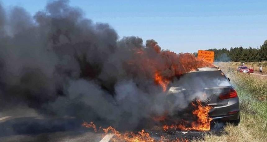 Se incendió por completo un auto sobre Ruta 5