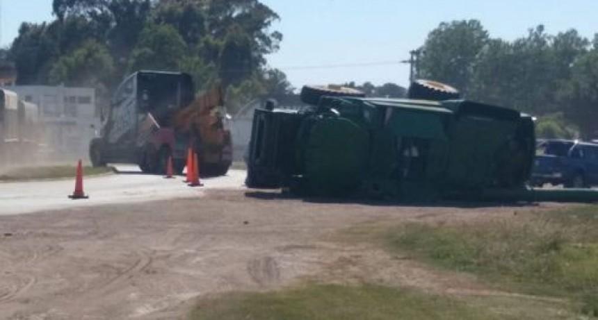 Trenque Lauquen: Una cosechadora cayó de un carretón que la transportaba
