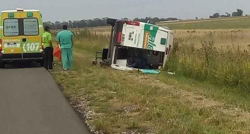 Ambulancia volcó a la altura de Santa Luisa: tres heridos