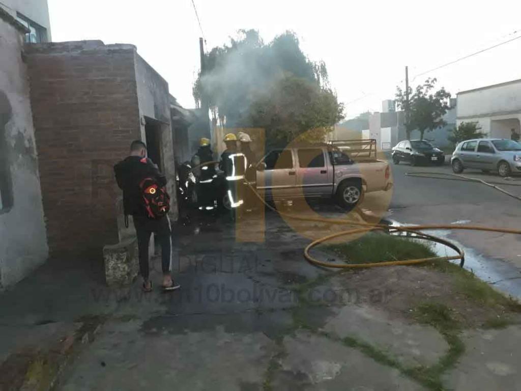 Este sábado en horas de la mañana muy temprano, se registró en principio de incendio en una camioneta