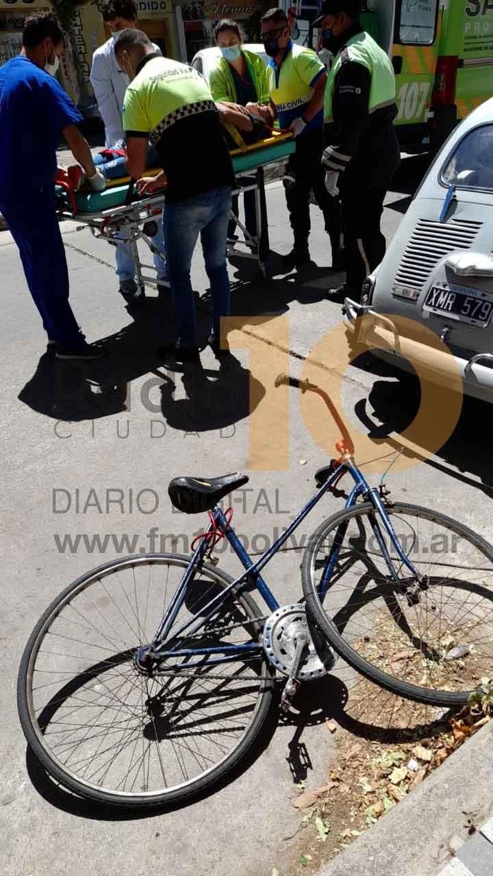 Un ciclista impactó contra un vehículo que se encontraba estacionado